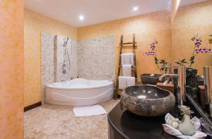 Deluxe-Grande-Bath-room